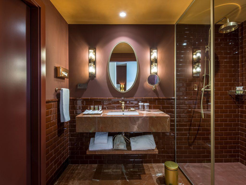 <em>Deluxe room bathroom</em>